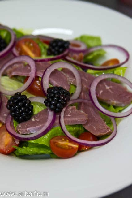 Салат из утиной грудки с ежевикой - фото