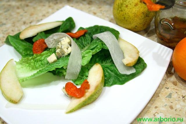 Зеленый салат с грушей и голубым сыром - фото