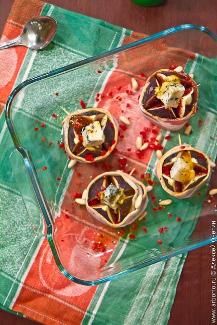Инжир, запеченный с беконом и горгонзолой - фото