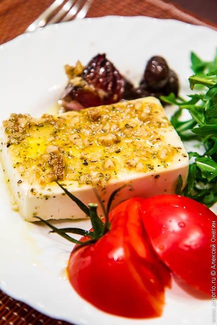 Запеченный сыр фета - фото