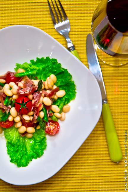Салат с фасолью и хамоном - фото