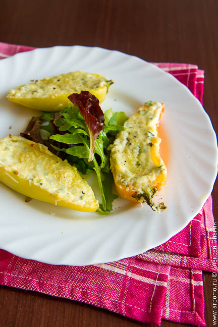 Перцы, фаршированные сыром - фото