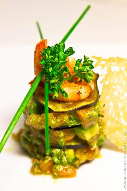 Креветки с салатом из помидоров и авокадо - фото