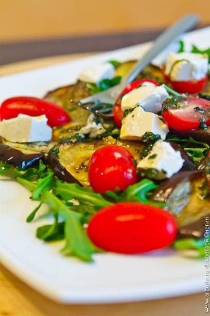 Салат с печеными баклажанами - фото