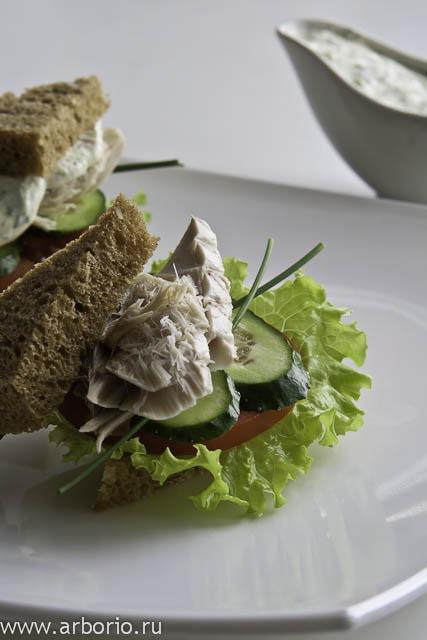 Сэндвич с копченой рыбой - фото