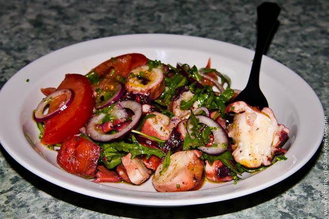 Салат из осьминога - фото