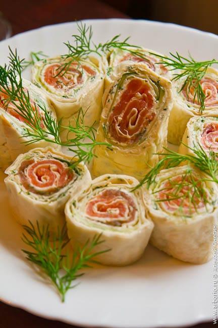 Рулет из семги с творожным сыром - фото