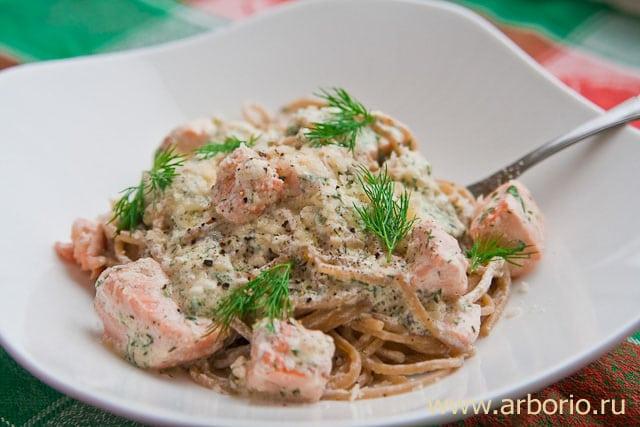 Спагетти с семгой в сливочном соусе - фото