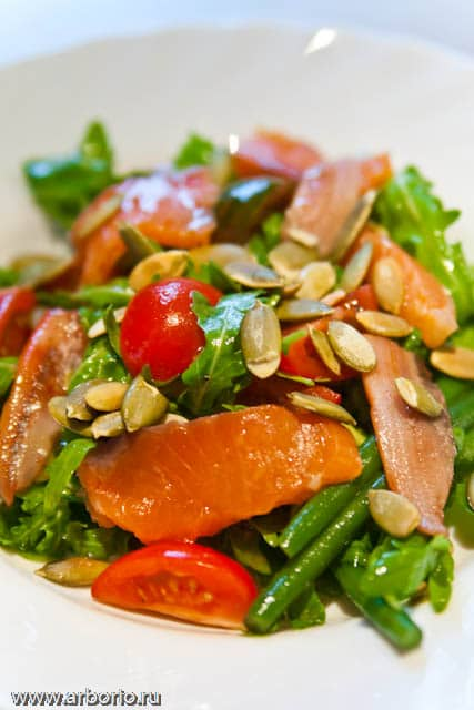 Салат с копченой рыбой - фото