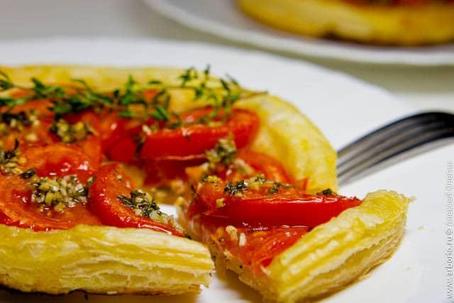 Слоеный пирог с помидорами - фото