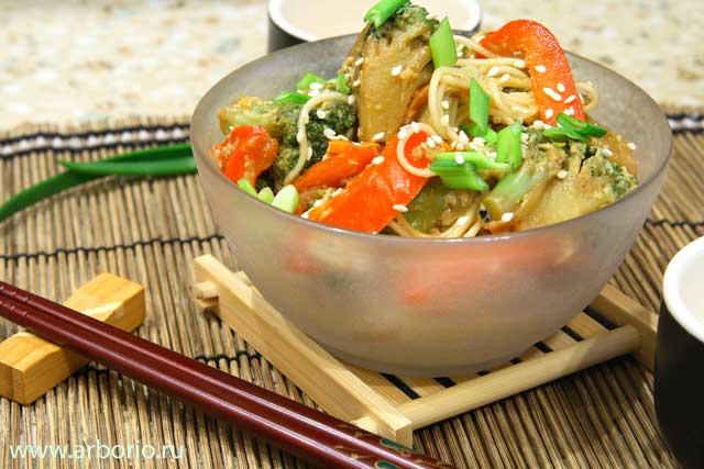 Лапша, обжаренная с овощами - фото
