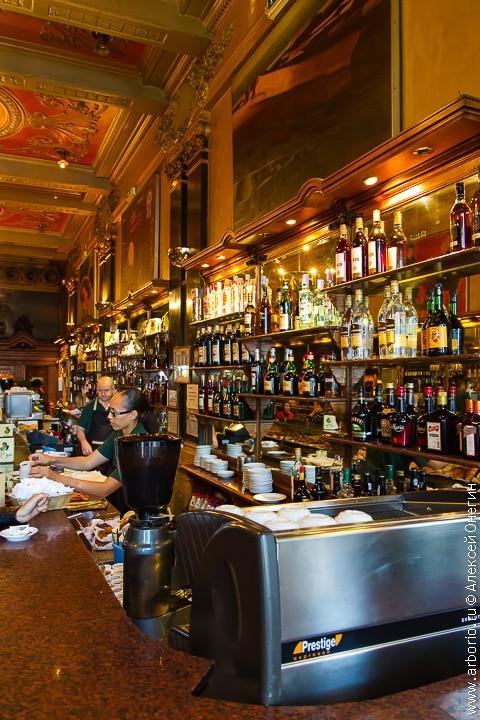 Кафе A Brasileira - Лиссабон, Португалия - фото