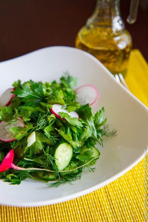 Летний салат из зелени - фото