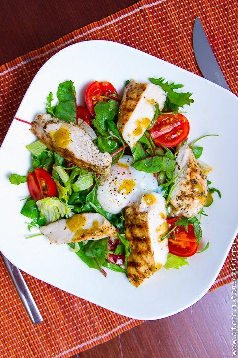 Теплый салат с курицей и яйцом пашот - фото