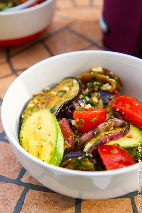 Салат из овощей на гриле - фото