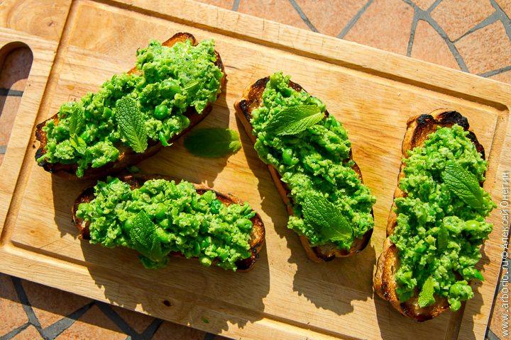 Брускетты с зеленым горошком и мятой - фото