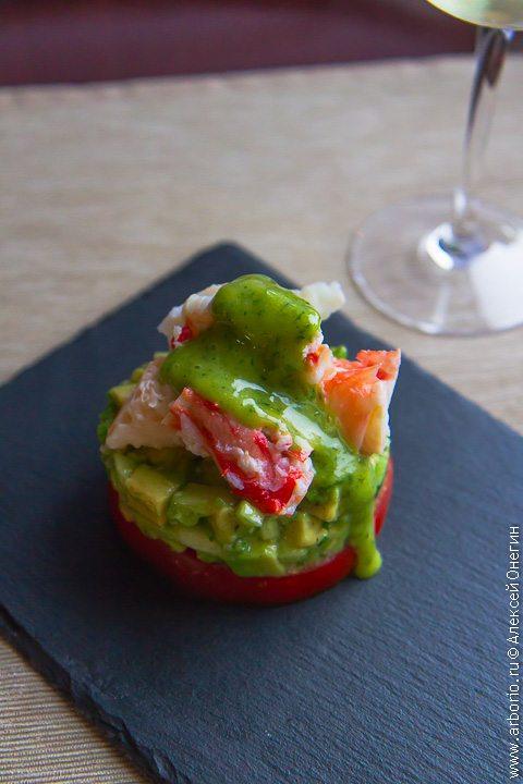 Салат с крабом и авокадо - фото