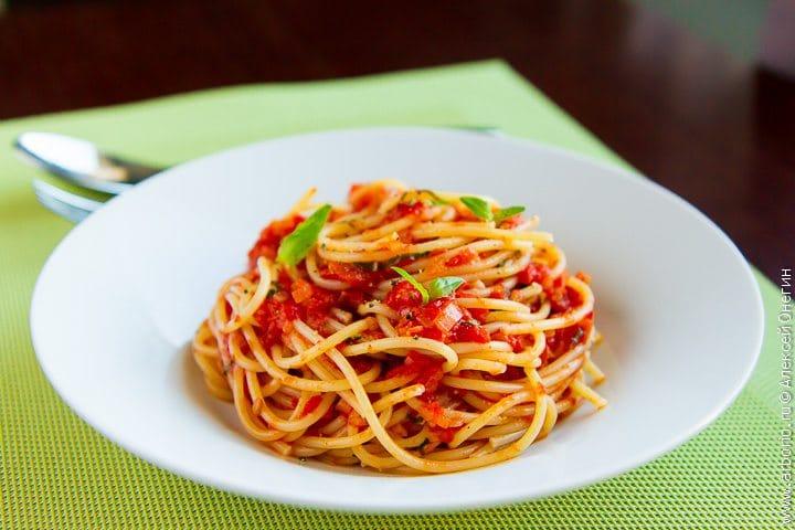 Спагетти с соусом из свежих помидоров - фото