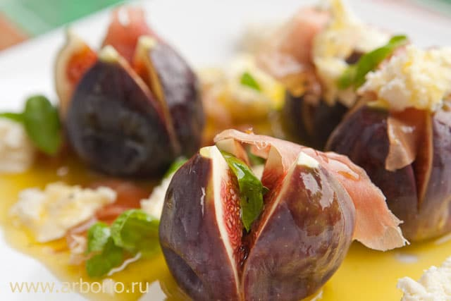 sexy salad Салат из инжира, моцареллы и пармской ветчины.